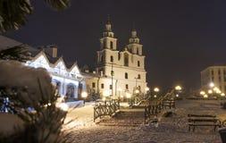 inverno Minsk na noite Natal em Minsk, Bielorrússia Arquitetura da cidade da capital de Bielorrússia Torre ortodoxo da igreja fam imagem de stock