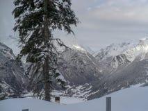 Inverno in montagne di Georgia Sun e neve immagini stock libere da diritti