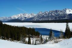 Inverno Montagne Rocciose e lago Immagini Stock Libere da Diritti