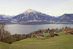 Inverno in montagne svizzere delle alpi vicino al lago Thun Fotografia Stock Libera da Diritti
