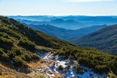 Inverno Mountain View con le creste a distanza nebbiose Immagine Stock Libera da Diritti