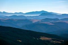 Inverno Mountain View con le creste a distanza nebbiose Fotografie Stock