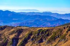 Inverno Mountain View con le creste a distanza nebbiose Immagini Stock