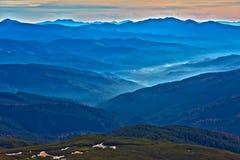 Inverno Mountain View con le creste a distanza nebbiose Fotografie Stock Libere da Diritti