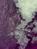 inverno muito frio Água e neve de gelo foto de stock