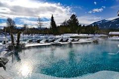 inverno na associação exterior Associação e área de repouso nevado com o Deckchairs do recurso em Baviera, Alemanha no dia de inv fotografia de stock royalty free