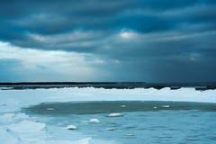 inverno na costa Báltico imagens de stock royalty free