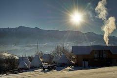inverno na vila de Pestera, parque nacional de Piatra Craiului, Brasov, Romênia fotos de stock