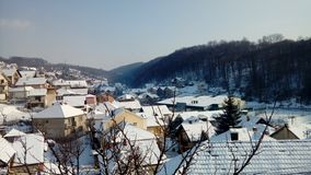 inverno na vila pequena fotos de stock