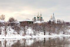 Inverno nella città russa antica Chiese e casa antica fotografia stock libera da diritti