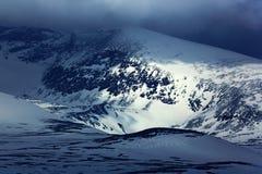 Inverno nella montagna Mattina nebbiosa in alpi italiane, primo mattino nella montagna con neve durante la penombra viola, collin Immagini Stock Libere da Diritti
