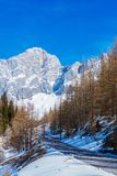 Inverno nelle alpi austriache Strada in montagne Immagini Stock