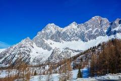 Inverno nelle alpi austriache Strada in montagne Fotografia Stock Libera da Diritti