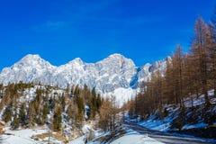 Inverno nelle alpi austriache Strada in montagne Fotografia Stock