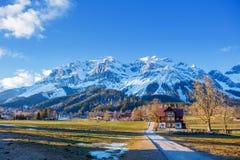 Inverno nelle alpi austriache Strada in montagne Immagine Stock Libera da Diritti