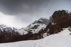 Inverno nelle montagne fotografie stock