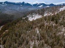 Inverno nelle montagne Siluetta dell'uomo Cowering di affari Fotografia Stock