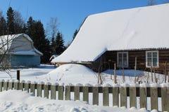 inverno nevado da área suburbana nas madeiras imagens de stock royalty free