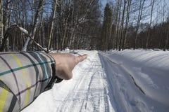 Inverno neve Estrada o dedo da mão mostra o sentido de movimento Fotografia de Stock