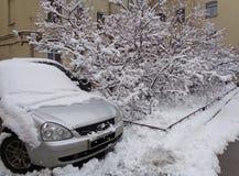 Inverno A neve foi enchida com um carro imagem de stock royalty free