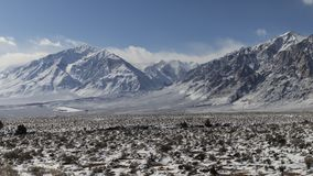 inverno, neve no vale - montanhas no fundo fotografia de stock