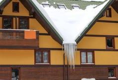 Inverno nevoso della Camera con i ghiaccioli 4 Immagine Stock