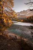inverno no Eibsee no Zugspitze de Baviera na opinião lisamente fotografia de stock