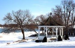 Inverno no parque do lado da água. Fotografia de Stock
