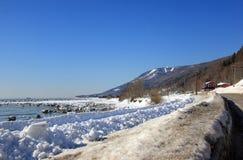 Inverno perto do rio imagens de stock