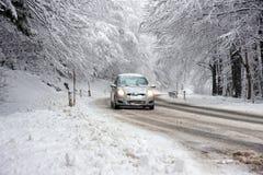 Inverno que conduz na neve Fotos de Stock Royalty Free