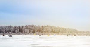 inverno que pesca povos no lago do gelo imagem de stock