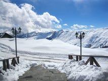 Inverno Ropeway MONTANHAS NEVADO Curso esporte Céu azul A montanha a mais alta para o esporte extremal! fotografia de stock royalty free