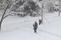 Inverno Ruas Uncleaned com os montes de neve pesados após a queda de neve na cidade, carros sob a neve poças Estradas geladas rua Fotografia de Stock