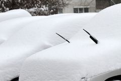 Inverno Ruas Uncleaned com os montes de neve pesados após a queda de neve na cidade, carros sob a neve poças Estradas geladas rua Fotos de Stock