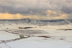 INVERNO RURAL DA PAISAGEM Entre Apulia e Basilicata paisagem nevado dos montes com casas da quinta abandonadas - ITALIA Vista pan foto de stock royalty free