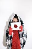 Inverno: Sbirciate della donna durante regalo di Natale Fotografie Stock