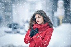 Inverno Sorrisi capless castana della ragazza sui precedenti di neve Primo piano i capelli si sviluppano fotografie stock