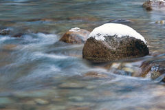 Inverno sul fiume della montagna Fotografie Stock Libere da Diritti