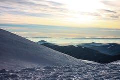 inverno, Ucrânia, montanha, por do sol, carpathian, cordilheira, paisagens, turismo, viagem da neve, fora, céu, névoa, nuvens Imagem de Stock