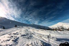 Inverno, Ucraina, montagna, tramonto, carpatico, catena montuosa, paesaggi, turismo, viaggio della neve, all'aperto, cielo, nebbi Immagini Stock Libere da Diritti