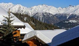 Inverno in un paesino di montagna nelle alpi svizzere Fotografia Stock Libera da Diritti