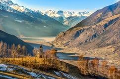 Inverno val della montagna della chiesa di venosta di Adige del negativo per la stampa di cartamoneta di trentino di panorama immagine stock