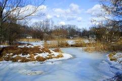 Inverno in villaggio un giorno pieno di sole Fotografie Stock Libere da Diritti