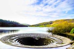 Inverse de l'eau de Ladybower avec le trou d'eau photographie stock libre de droits