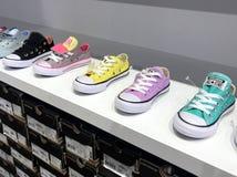 Inverse multiple toutes les chaussures d'enfant d'étoiles photo stock