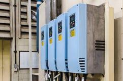 Inverseurs industriels de l'électricité dans une usine Photo libre de droits
