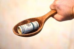 Inversión, concepto financiero, de la donación, o soborno, dinero ofrecido en el fichero, dando el dinero en rato del fichero foto de archivo libre de regalías