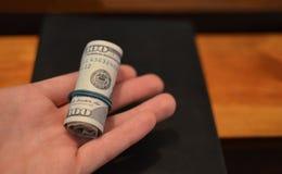 Inversión, concepto financiero, de la donación, o soborno, dinero ofrecido en el fichero, dando el dinero en rato del fichero imágenes de archivo libres de regalías