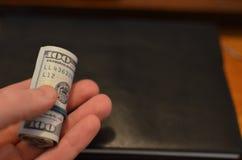 Inversión, concepto financiero, de la donación, o soborno, dinero ofrecido en el fichero, dando el dinero en rato del fichero fotos de archivo libres de regalías