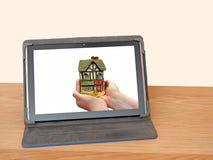 Inversión de la hipoteca del dispositivo de la tableta en línea fotos de archivo